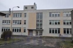 Hala s administrativními prostory v průmyslovém areálu, vhodné na výrobu, skladování, ihned volné