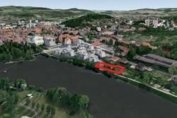 Jedinečný stavební pozemek 1246 m2, u řeky, v centru a přitom stranou a v klidu
