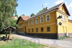 Zachovalá vesnická hospoda s velkým dvorem s posezením a ubytováním, u silnice a u řeky, ihned volné