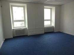 Pronájem kancelářského prostoru 24 m2, cihlový dům, blízko centra Brna, rušná ulice, volný ihned