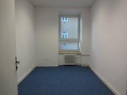 Kancelářský prostor o velikosti 13 m2, v cihlovém domě, blízko centra Brna, rušná ulice, ihned volný
